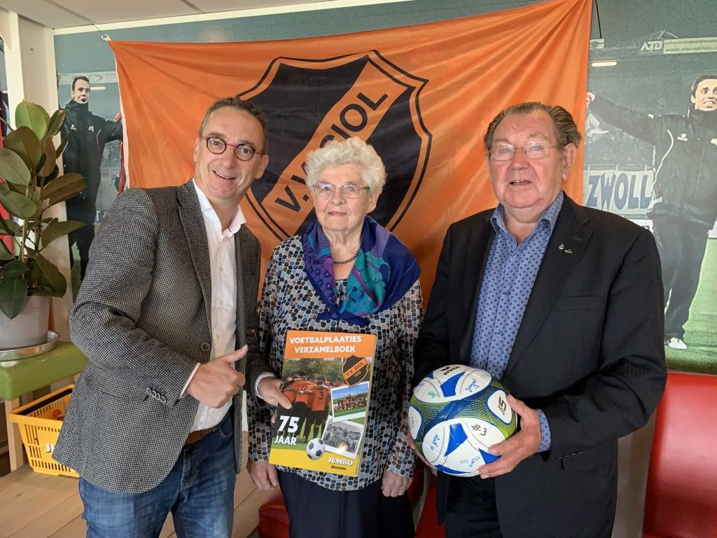 Het voetbalplaatjesboek van SIOL is al helemaal in stijl van het 75-jarig jubileum.  © Kliknieuws De Maas Driehoek