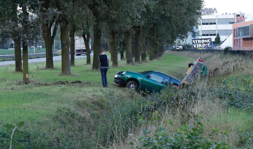 Auto en aanhanger belanden naast de A73 bij Cuijk.