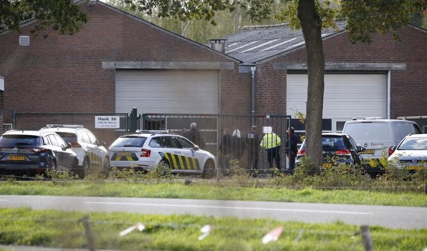 Arrestatieteam valt bedrijfspand in Wanroij binnen.