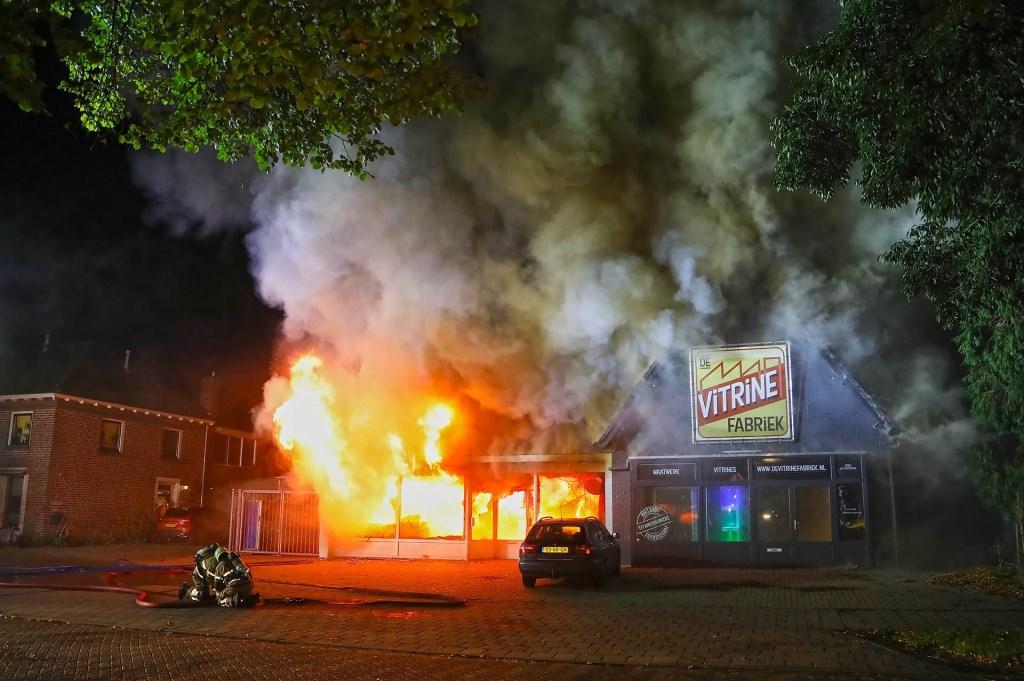 Uitslaande brand verwoest panden in Willibrordusweg. (Foto: Gabor Heeres / Foto Mallo) Foto: Gabor  © 112 Brabantnieuws