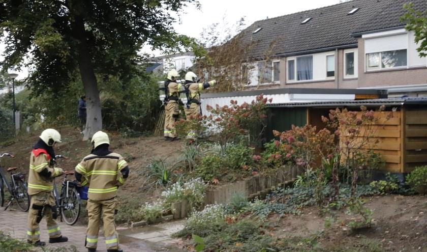 Gasfles ontploft in Cuijk: schuurtje vat vlam, bewoner loopt brandwonden op.