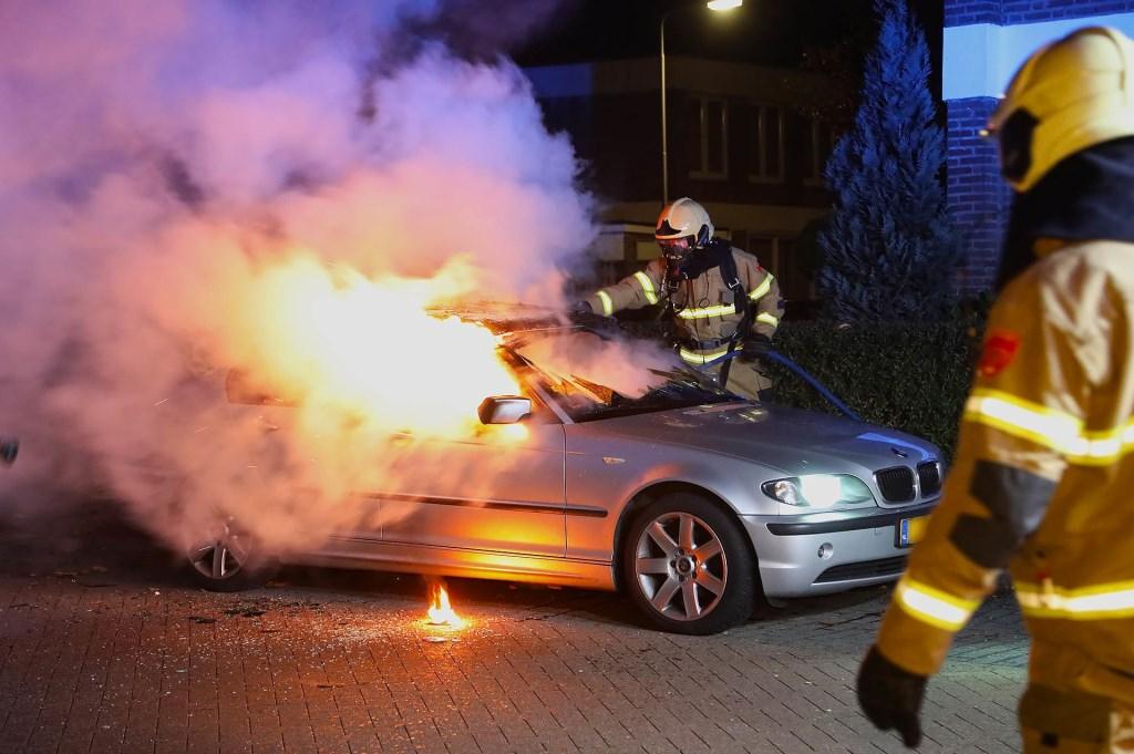 Autobrand in Osse Kastanjelaan. (Foto: Gabor Heeres / Foto Mallo)  © Kliknieuws Oss