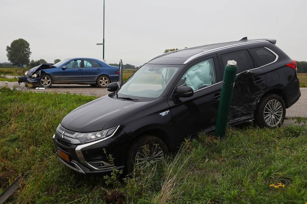 Auto's botsen op beruchte kruising Gewandeweg / Huizenbeemdweg. (Foto: Gabor Heeres / Foto Mallo)  © Kliknieuws Oss