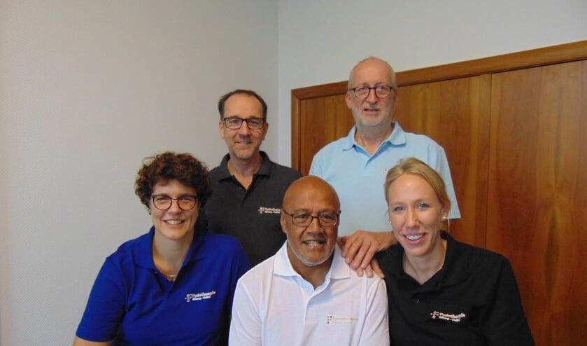 V.l.n.r.: Marijke Giesbers, Marc van Vugt, Lex Maskikit, Sil Smits en Beate Budde. Op de foto ontbreekt haptotherapeute Fleur Plug.