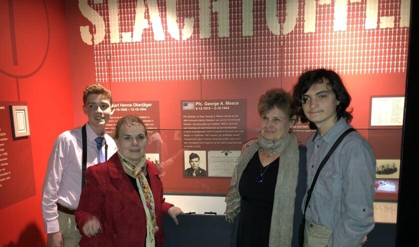 Vanaf links: Breck, Sheila, Janice en Bird bij de herinneringen aan George Meece. (tekst en foto: Jos Gröniger)
