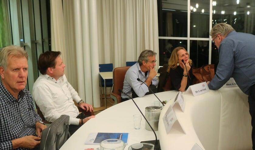 Astrid Bannink (LPG) en fractiegenoten in gesprek met Ben Peters (CDA).