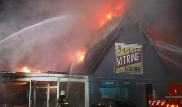 Uitslaande brand verwoest panden in Willibrordusweg. (Foto: Gabor Heeres / Foto Mallo)  © 112 Brabantnieuws