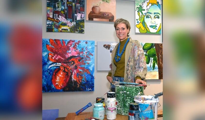 Simone bij een aantal kunstwerken van haar cursisten. (foto: Henk Lunenburg)
