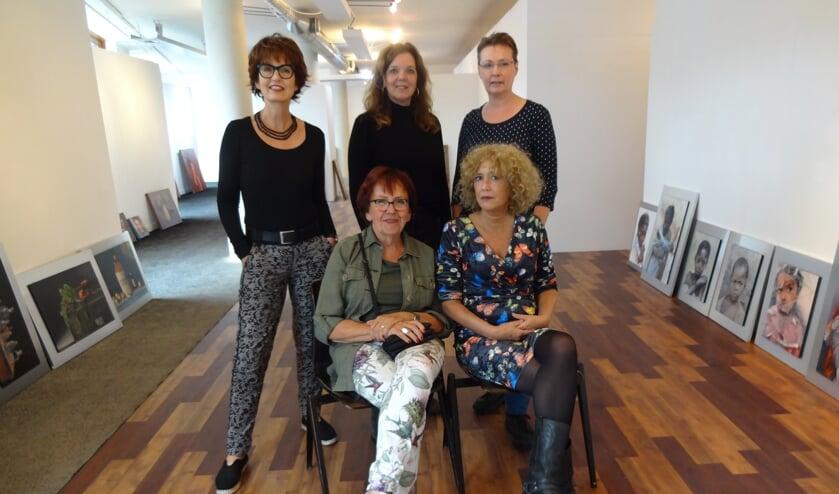 V.l.n.r: staand Mieke Robben, Caroline Willems en Dorette Gerrits. Zittend Bets van Boxel en Margreet Blaas (foto: Ankh van Burk)