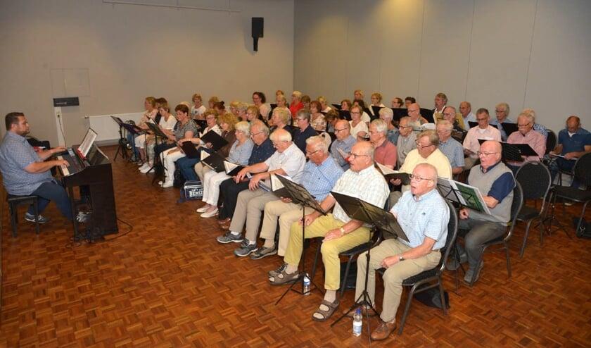 Koor Viva la Musica tijdens een repetitie. (foto: Henk Lunenburg)