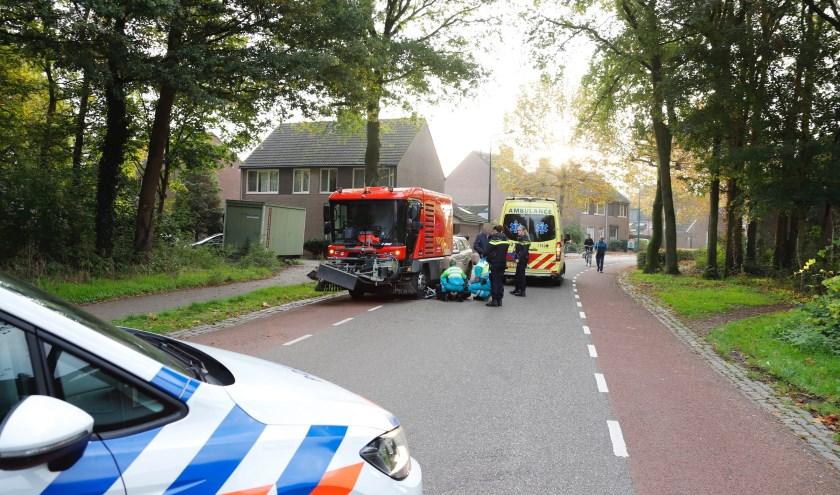 Jonge fietsster komt onder veegwagen en raakt gewond.