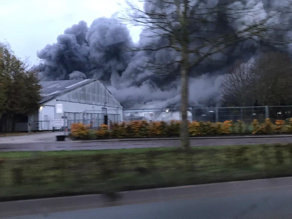 Grote brand bij opslag in Oeffelt. (foto: Jeroen Jacobs)  © Kliknieuws De Maas Driehoek