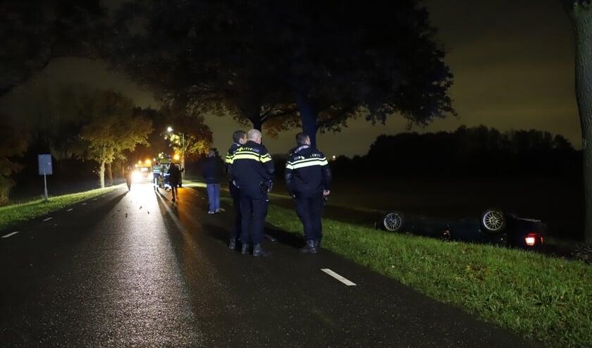 Auto's botsen frontaal op elkaar op de Hoogeweg in Escharen.