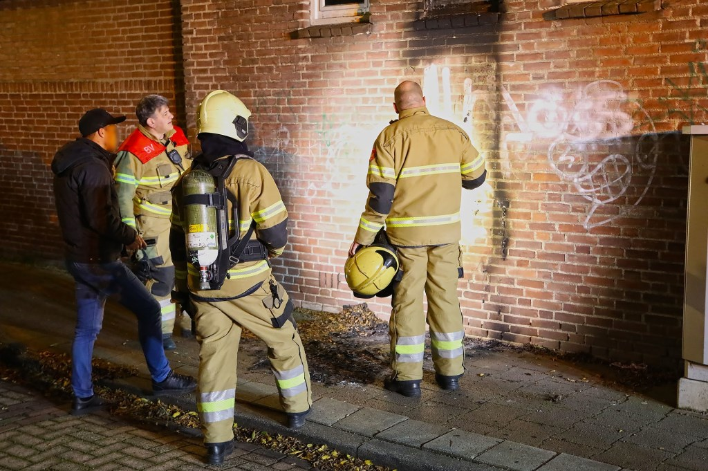 Brandend matras zorgt voor schade aan gevel winkelpand. (Foto: Gabor Heeres / Foto Mallo)  © 112 Brabantnieuws
