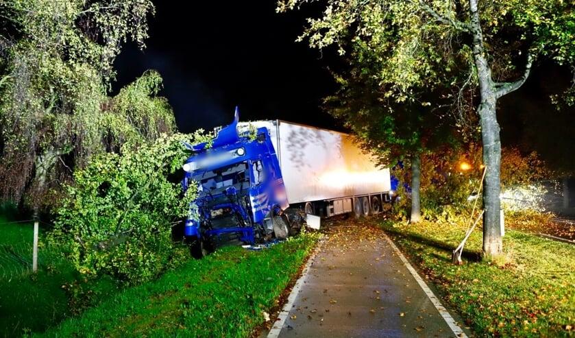 Vrachtwagen rijdt bomen uit de grond in Oeffelt en komt in voortuin tot stilstand.