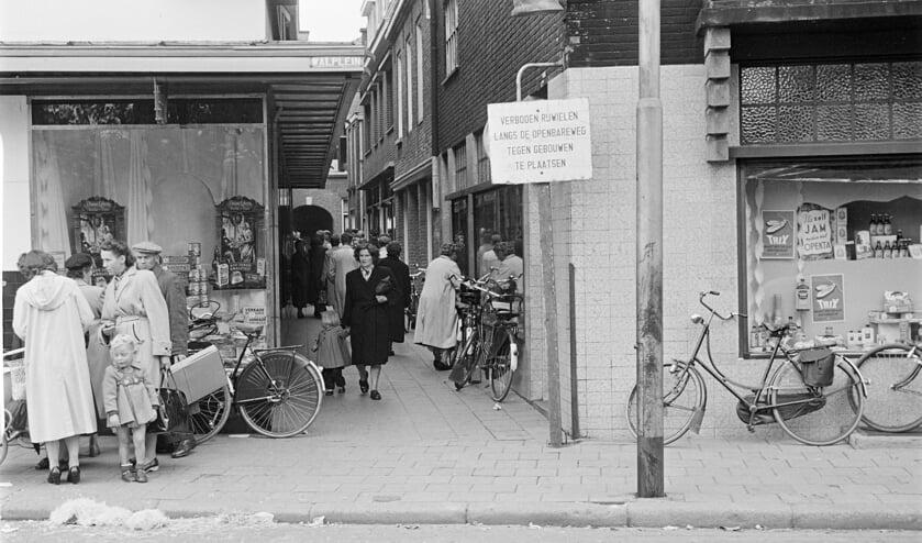Een levendig Gengske in de jaren '50, gezien vanaf het Walplein. Fotograaf Daan Scholte, collectie Stadsarchief Oss