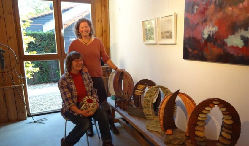 Ine van Grinsven en Yvonne Dolk bij het net binnengebrachte werk van Ine (foto: Ankh van Burk)