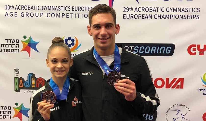 Een trotse Fenne en Stef met hun medaille.