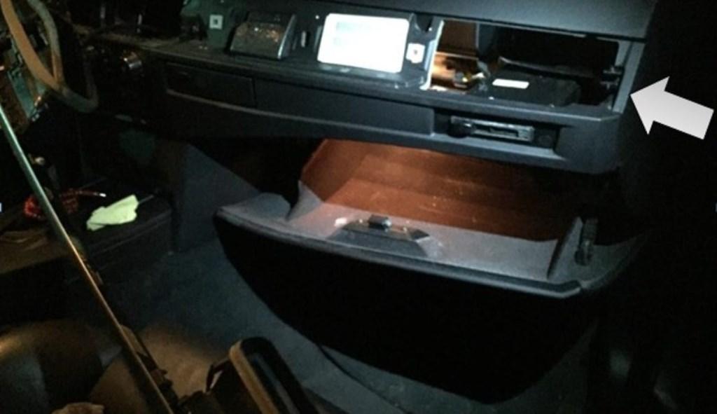Een verborgen ruimte in een auto. (Foto: www.politie.nl)  © Kliknieuws Oss