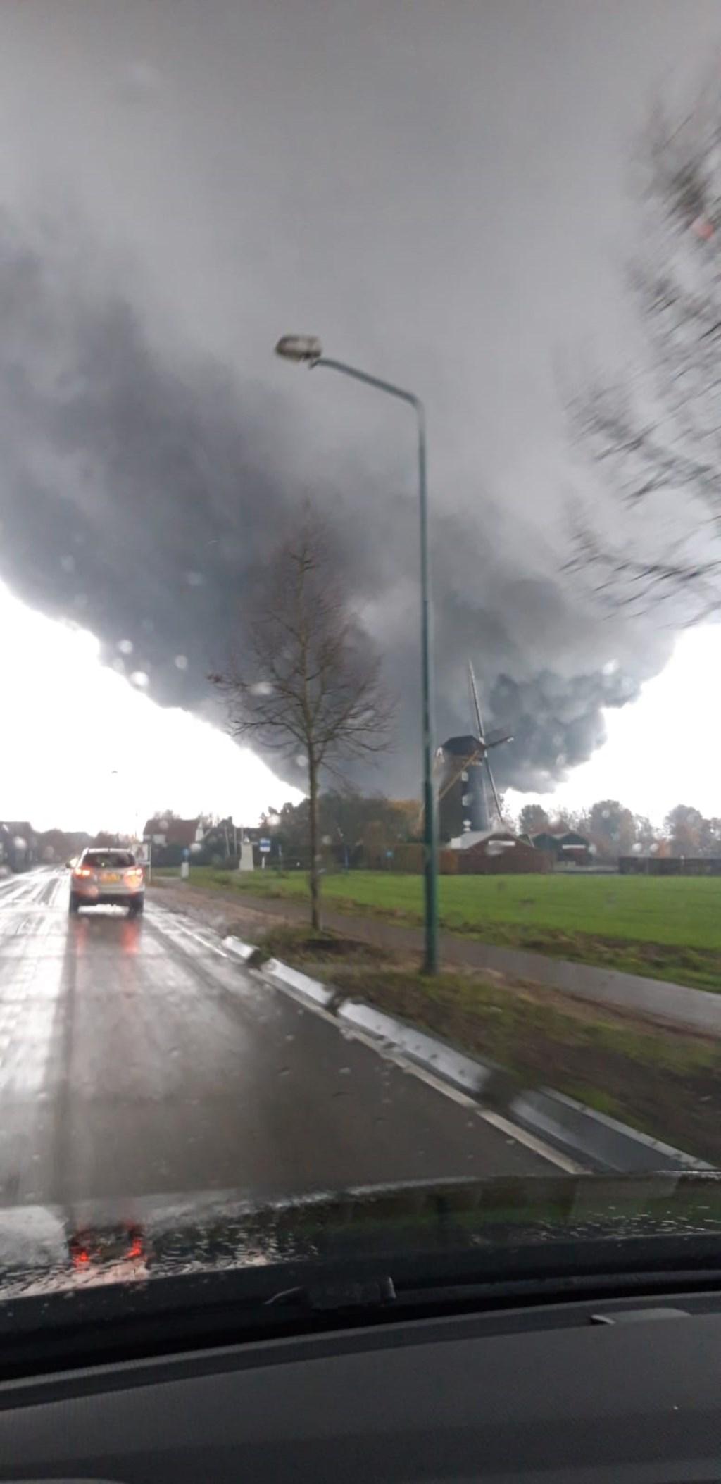 Brand in Oeffelt is in de wijde omgeving zichtbaar. (foto: Jeroen Jacobs)  © Kliknieuws De Maas Driehoek