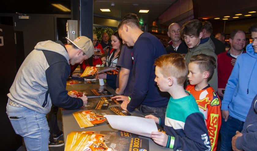 Fans stonden in de rij voor een handtekening. (foto: Ad van de Graaf)