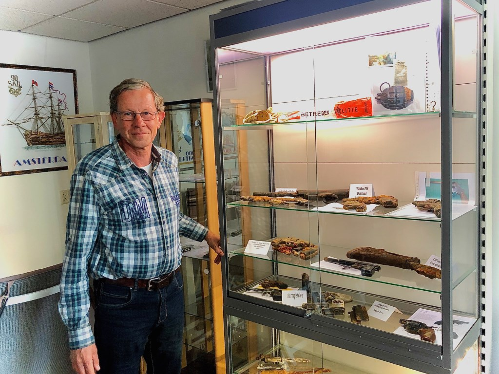 Magneetvisser Henk bij zijn zelf benoemde 'prijzenkast' in zijn woning in Erp.   © Kliknieuws Veghel
