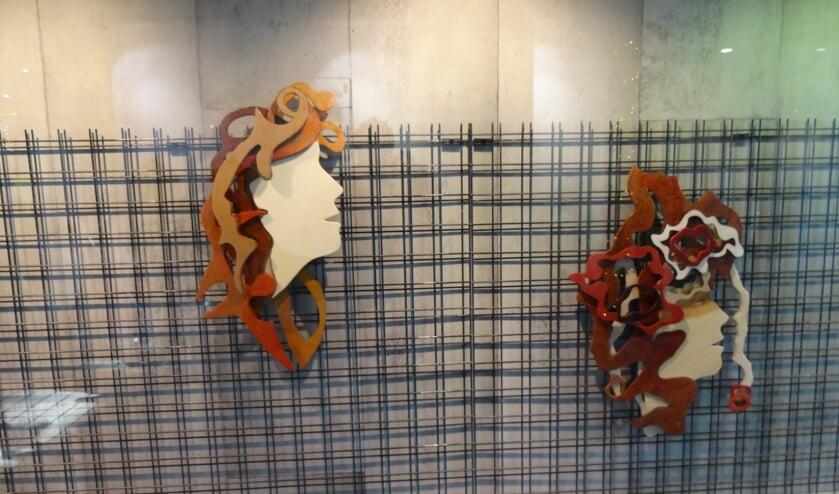 Werken van Udense kunstenaars in de etalage van Schoenenzaak Van Es in het centrum.