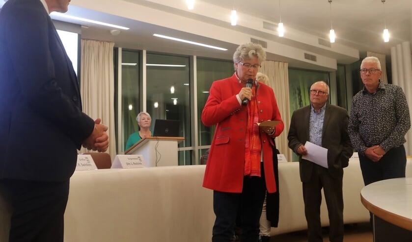 Marion Wierda (D66) biedt namens oppositie Graafse raad meer dan 1100 handtekeningen aan over opiniepeiling.