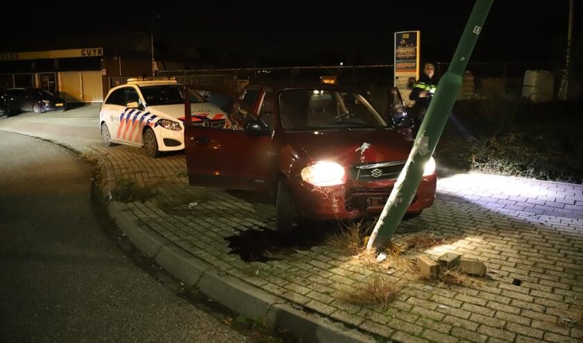 Automobiliste botst op paal op Cuijks bedrijventerrein en raakt gewond.