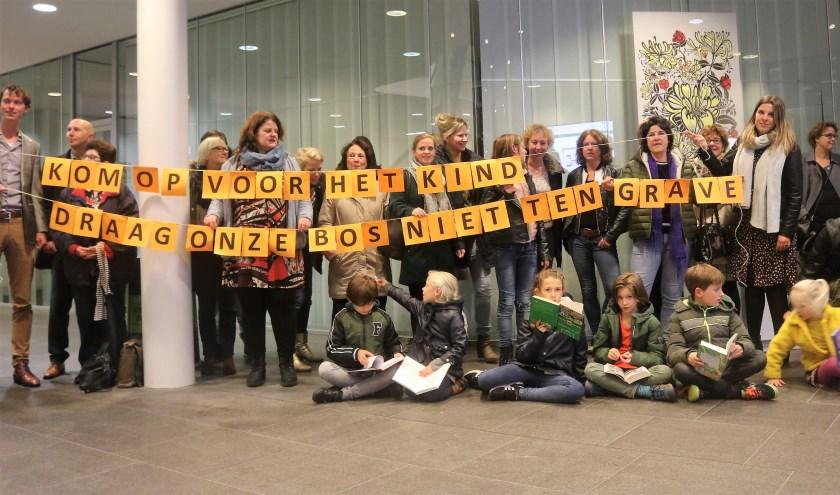 Kinderen, ouders, docenten en medewerkers Biblioplus protesteren op 5 november in de hal van het stadhuis tegen bezuinigingen schoolbibliotheek.