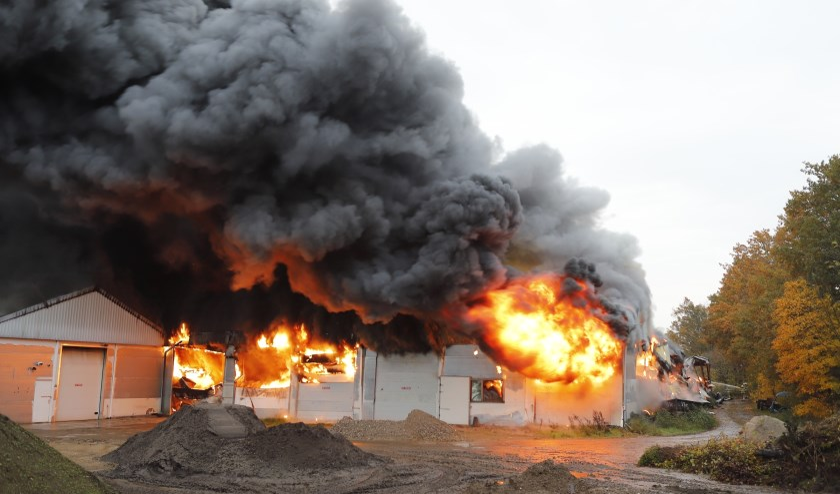 Grote brand bij opslag in Oeffelt.
