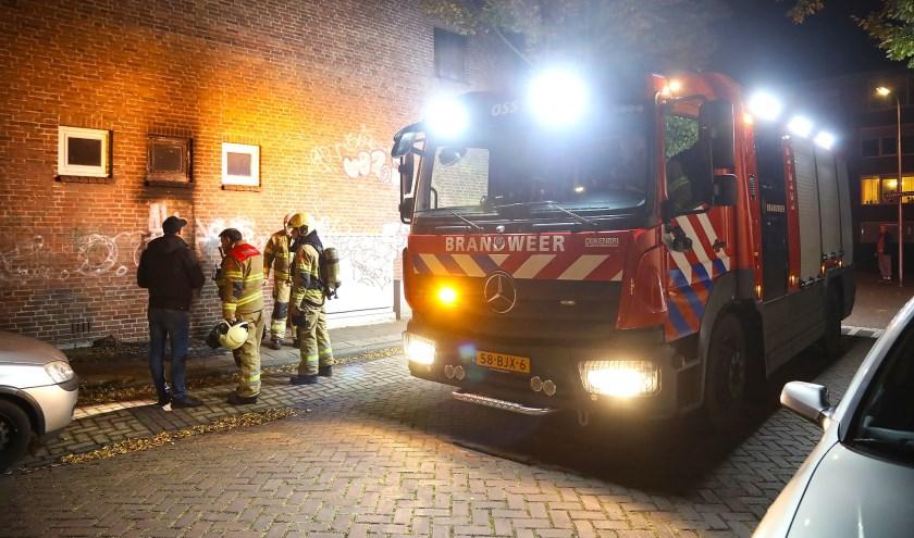 Brandend matras zorgt voor schade aan gevel winkelpand. (Foto: Gabor Heeres / Foto Mallo)