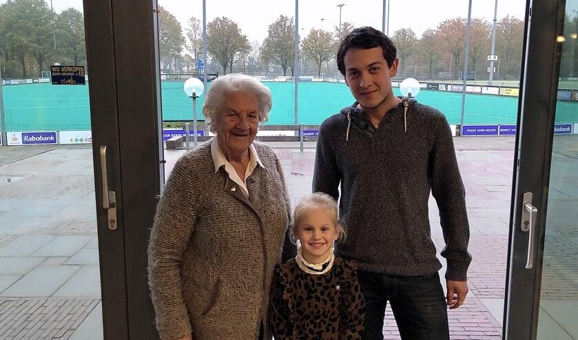 Mevrouw Van den Heuvel (91), Florine van Dieperbeek (5) en Bas van Kempen zijn alle drie blij met Geel-Zwart.