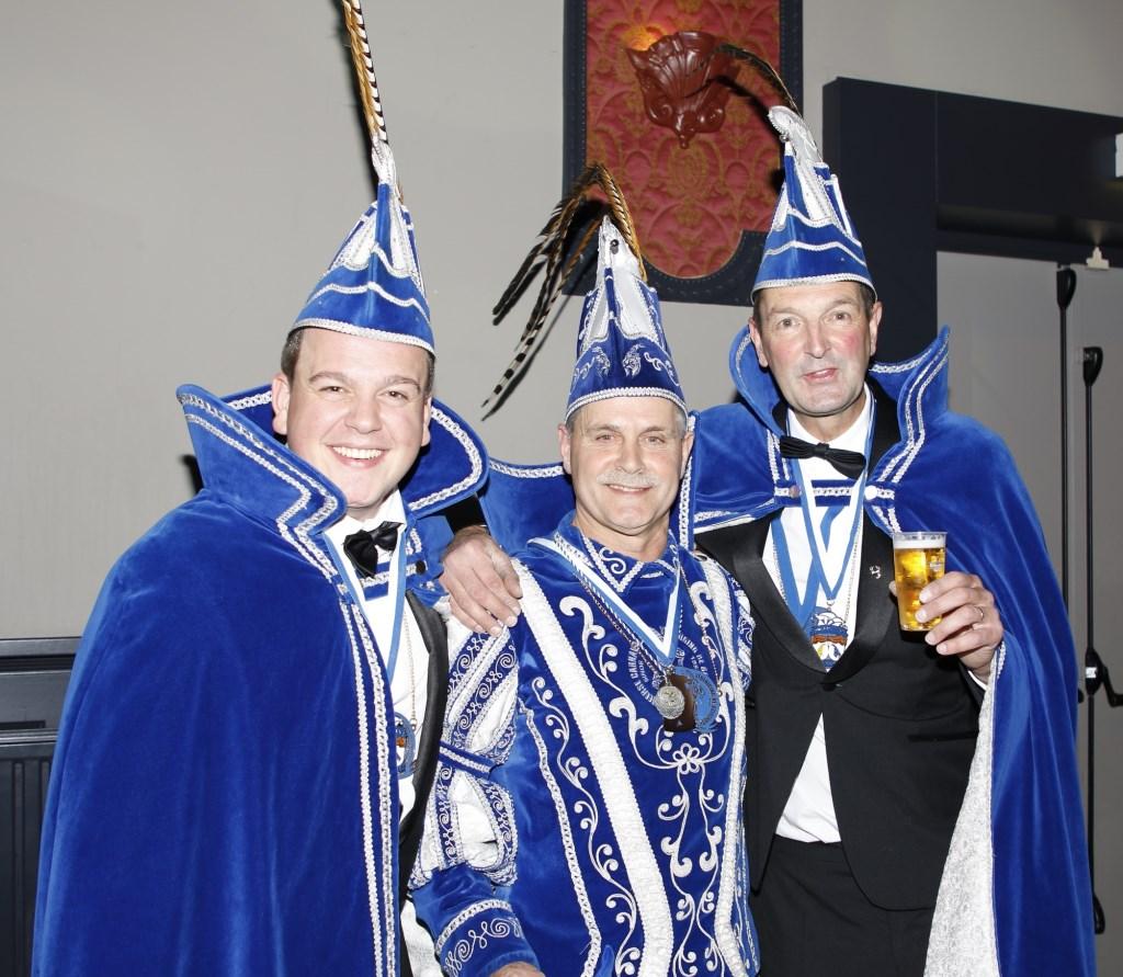 Prins Arie d'n Urste wordt het komende carnavalsseizoen bijgestaan door de adjudanten Jesse Nabbe (zoon van Arie) en Fons Schaminee. (foto: Bas Delhij)  © Kliknieuws De Maas Driehoek