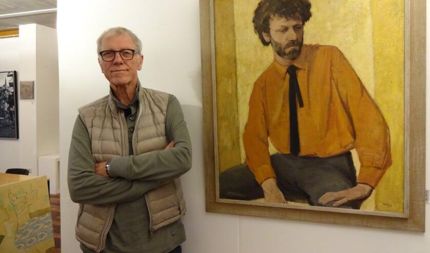 Willem den Hartigh bij een portret van hem uit 1985. (foto: Ankh van Burk)