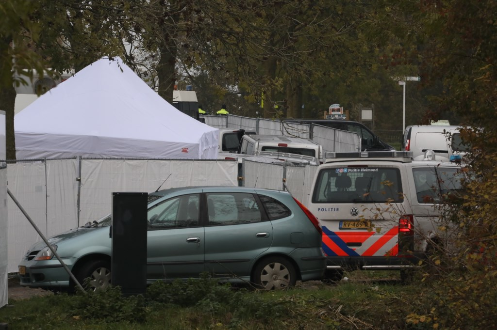 Grote politiemacht op woonwagenkamp Lith. (Foto: Gabor Heeres / Foto Mallo)  © Kliknieuws Oss