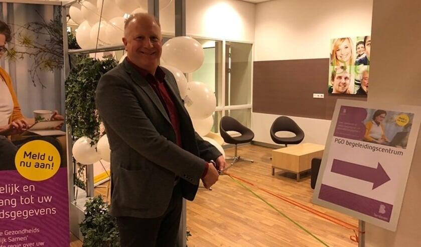 Patiënt Leon Oosthoek knipt het lintje door tijdens de officiële start van de PGO