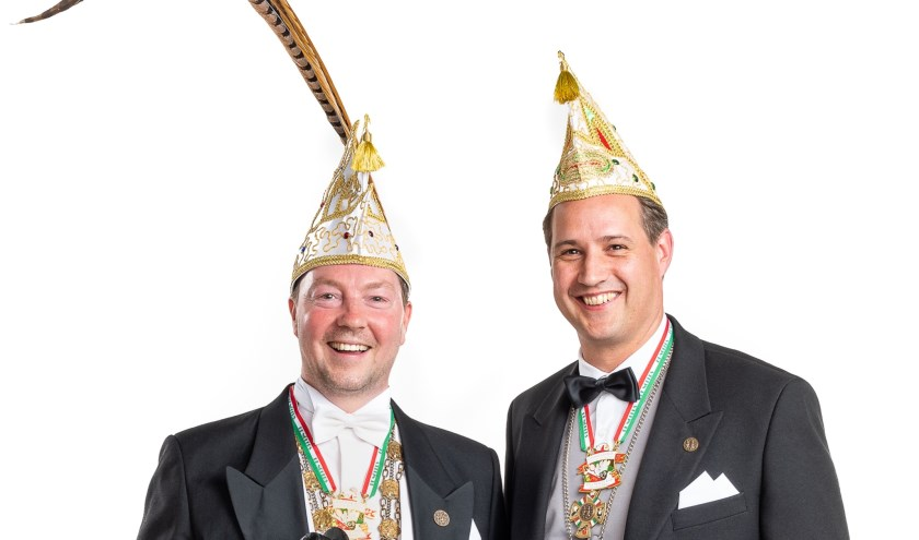 """Prins Mark (Geboers) tevoorschijn kwam. Na installatie door President Barry (Kaal) maakte hij als eerste daad de naam van zijn Adjudant Dries (Hofmans) bekend. Na het uitspreken van de Proclamatie onthulden beide hun lijfspreuk """"Carnaval is goud... Un moj feesje veur jong en oud!"""". Hiermee gaan zij"""