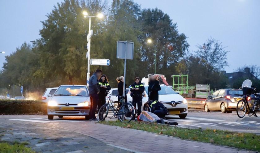 Fietser geschept door automobilist op rotonde Beersebaan in Cuijk.