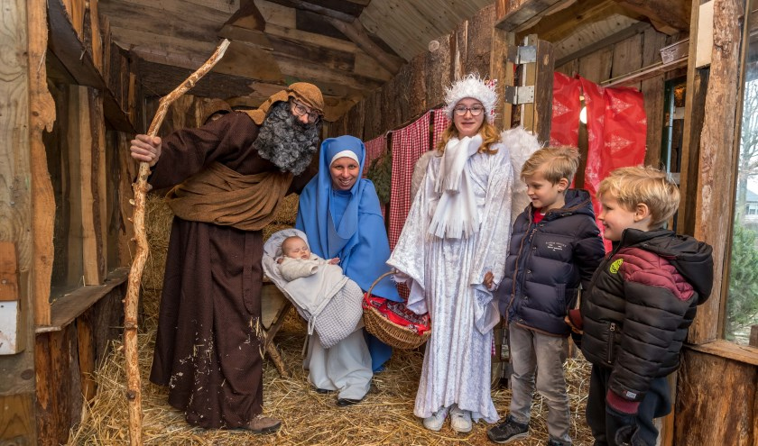 Jozef, Maria, het kindeke Jezus, een engel en een paar bezoekers.