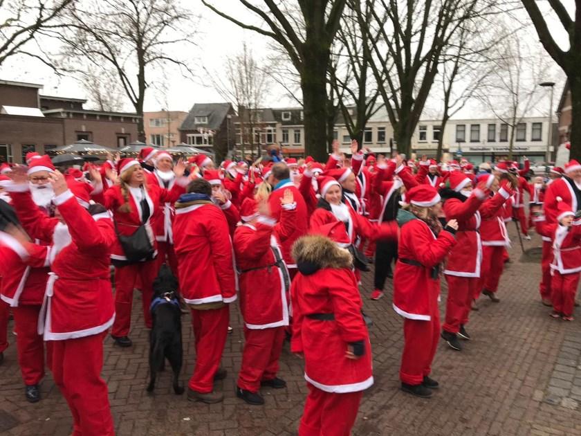 Deelnemers aan de Santa Run in Oss. (Foto: René Peters)