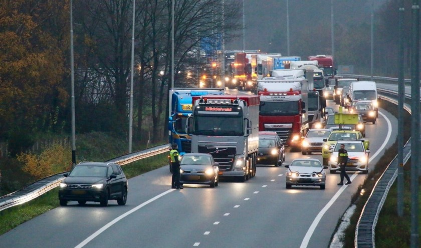 Auto's op elkaar op A73 bij Cuijk: niemand gewond, wel lange file.