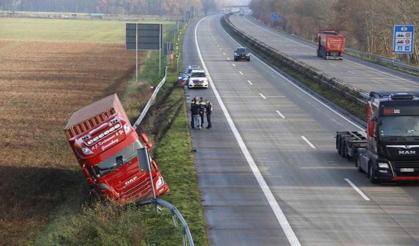 Vrachtwagen belandt langs A77 bij grensovergang.