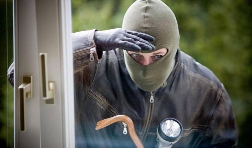 De politie zoekt getuigen van woninginbraken in Maashees.