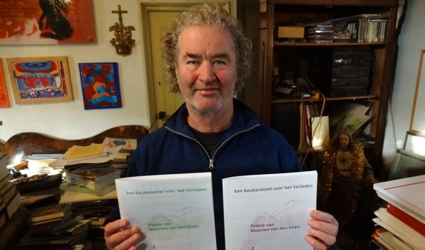 Maarten van den Elzen met de twee delen van zijn nieuwe gedichtenbundel (foto: Ankh van Burk).