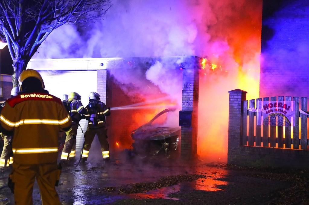Autobrand slaat over op woning; jong gezin weet op tijd te vluchten. (Foto: Gabor Heeres / Foto Mallo)  © 112 Brabantnieuws