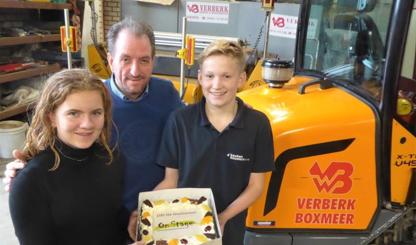 Twee leerlingen van Elzendaalcollege Boxmeer hebben een taart overhandigd aan Verberk in Boxmeer, de 100ste deelnemer aan het beroepenfeest
