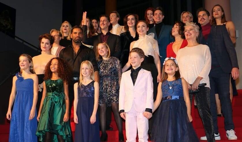 Anne-Louise (rechtsonder met blauwe jurk) straalt van oor tot oor.