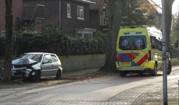 Automobilist rijdt op Asterstraat tegen verkeersbord en boom. (Foto: Gabor Heeres / Foto Mallo)  © Kliknieuws Oss