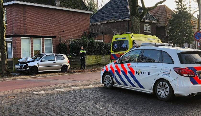 Automobilist rijdt op Asterstraat tegen verkeersbord en boom. (Foto: Gabor Heeres / Foto Mallo)
